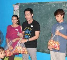 Sharing with the kids why it was important to eat healthy foods.